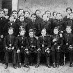 Rimbaud (il terzo da sinistra) all'Istituto Rossat di Charleville (1862 circa)