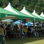 会場は暑さで休憩テントはいっぱい。