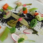 """Légumes primeurs, crumble d'encre de seiche, légumes en provenance des """"Jardins de Cocagne"""""""