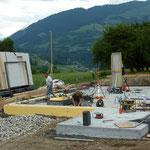 Vorbereiten der Betonplatte für die Montage der Elemente.