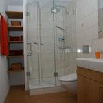 Badzimmer mit Dusche, Korkboden.