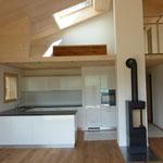 Küche mit Ofen und Galerie