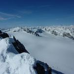 Verschneite Berge rundherum.