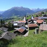 Dorf Morissen mit Pez Ault Massiv im Hintergrund.