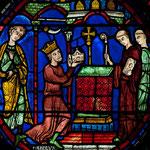 Charlemagne offre des reliques à une église, sur l'une des verrières du déambulatoire. Photo Henri Gaud/ CIV, Evêché de Chartres