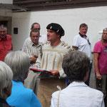 ...ging es in erster Linie um die Geschichte des Ortes: Jürgen Haug-Peichl (Mitte) führte - stilecht verkleidet - die Gäste ins 19. Jahrhundert, als in Goßmannsdorf noch eine Vielzahl von Handwerkern das Leben im Ort prägten.