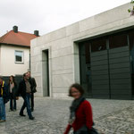 Dieses Gebäude mitten im Sulzfelder Ortskern zeigt: Auch moderner Stil hat seinen Platz in einem Ambiente, das zum Teil den Dreißigjährigen Krieg gesehen hat.  Unumstritten sei...
