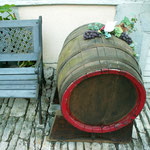 Da lassen sich dann in versteckten Ecken solche netten Details vor Wohnhäusern entdecken - typisch für einen Weinort.