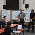 Die Architekten Thomas Geiger (stehend, von links) und Thomas Wirth (beide Kitzingen) begleiten die vier Goßmannsdorfer Arbeitskreise zur Dorferneuerung und...