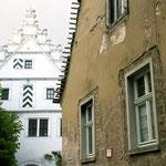 Wie hier in der Klostergasse in Sulzfeld hat eine junge Familie ein heruntergekommenes Anwesen (rechts) gekauft, um es mit viel Aufwand und Liebe zum Detail herzurichten. Ob es dann...