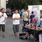 """...Siggi Gernet (am Tisch, rechts) am besten Bescheid und wurde somit die erste """"Superkrack"""". Sie setzte sich im Finale knapp gegen Manfred Deppisch (3. von rechts) durch. Die Moderatoren: Jürgen Haug-Peichl (von links) und Christian Groß."""