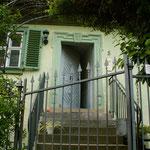 An der Kirche: moderne Elemente (Metallgitter) ergänzen sich gut mit einem Haus aus alter Zeit.