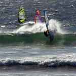 Caro macht Spray beim Wellenabreiten