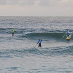 Noelani schnappt sich eine Welle