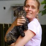 Karin mit ihrem Schmusekater