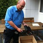 OVV Wolfhard beim erpacken der Geräte