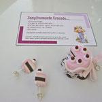 n. 06 ciondolo torta con centrino bianco in cotone e fiocchetto rosa