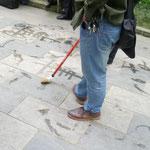 Die Älteren haben mit Wasser Chinesische Schriftzeichen auf den Boden gemalt...