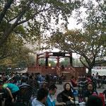 Wie schon gesagt war der Park etwas überfüllt - hier ganz viele Leute beim Mahjong spielen, Tee trinken und ratschen.