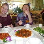 Beim Mittagessen: Rechts Luzi, links ich Grinsebacke, in der Mitte auf dem Tisch ein Fisch aus Tofu, der sau lecker war :)