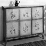 Möbel mit Blumenmotiven bemalt