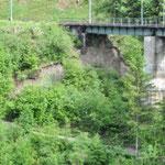 Und auch die westliche Abbruchstelle befindet sich direkt unter der Brücke