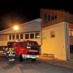 TLF Mutters vor dem umgebaute Schulgebäude