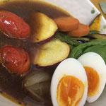 スープカレー:さつま芋,なす,南瓜,人参,玉ねぎ,じゃが芋,とまと,ピーマン,春菊,卵