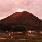 夕日を浴びた龍頭山