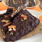 チョコバークはクーベルチュールチョコとクランチが入ってて美味しいよ♪