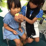 かわいい姉妹が苺サンドを分け合って食しています❤ほのぼの~❤