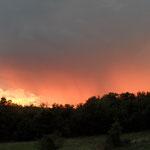 Sieht aus wie Waldbrand - ist aber keiner. Abendrot mit Gewitter.