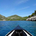 Mit dem Kanu vor der Bucht von Prapratno
