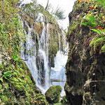 Rastoke - Blick auf einen Wasserfall von der Höhle aus