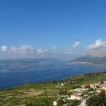 Blick auf die Bucht von Orebic mit Korcula im Hintergrund