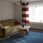 Wohnzimmer mit Einzelbett und Schlafcouch