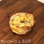 カンパーニュ B.O.P ¥240+8%:低温で長時間じっくり発酵させたライ麦入りの生地に、B(ベーコン)・O(オニオン)・P(ポテト)をぐるぐる巻いて、バジルの葉をちらしました。