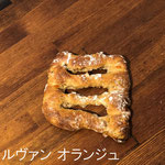ルヴァン オランジュ ¥180+8%:天然酵母のフランスパン(ライ麦、小麦粉全粒粉入り)に、オレンジピールとアーモンドをまぜました。