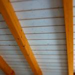 Decke mit Holzbalken