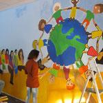 Das nun fast fertige Ergebnis: Eine Weltkugel mit vielen Kindern - ein gelungenes Kunstwerk!