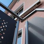 Geländer mit Edelstahlpfosten und -handlauf zu Terrasse