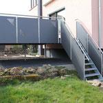 Treppe zu Terrasse mit Geländer
