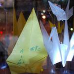 長野市民平和の日のつどい(2011年度)光のオブジェはメッセージを書き込んだ折り鶴を入れて完成:長野市でのイベントの光のオブジェ制作と牛乳パックランタン作りのワークショップを担当