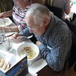 Sepp und Klara beim essen
