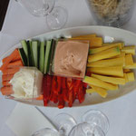 Apero auf dem Schiff Gemüse mit Dip Saucen