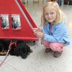 Laika und Selina am Flughafen Nürnberg
