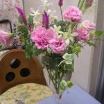 自由に活けてとても素敵ですね。もう少し工夫すると花瓶の中もすっきりさせることができます