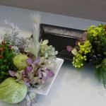 長皿にオアシスをセットして花を挿したテーブル花