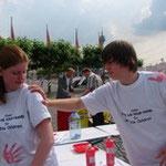 Sehr beliebt: Rote Hände auf den T-Shirts.