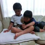 子供の足の中で寝るはなちゃん♥ 子供達も大喜びです(^^)♥